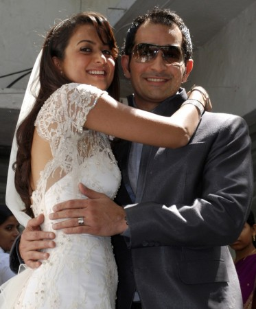 Bollywood actress Amrita Arora (L) and Shakeel Ladak pose for a picture after their wedding at a restaurant in Mumbai March 4, 2009. REUTERS/Manav Manglani