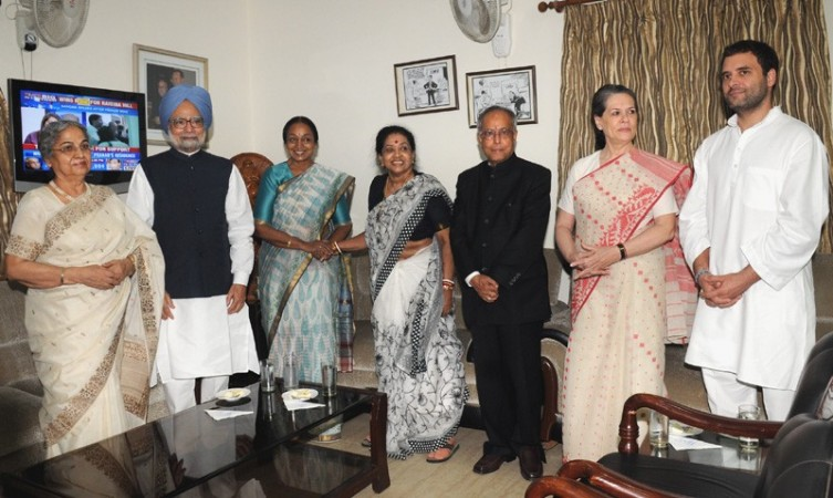 Prime Minister Manmohan Singh along with other dignitaries with the President-elect, Pranab Mukherjee