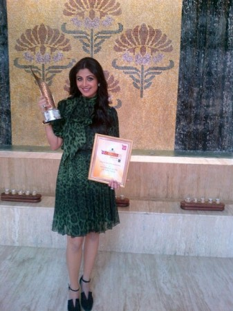 Shilpa Shetty with her  WELLNESS ICON award. (Twitter)