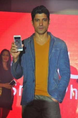 Bollywood Actor, Farhan Akhtar holding the newly launched Intex Aqua i7