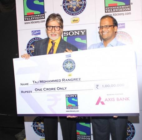 Amtabh Bachcan with 1 Crore Winner Taj Mohammed Rangrez (photo: Varinder Chawla)
