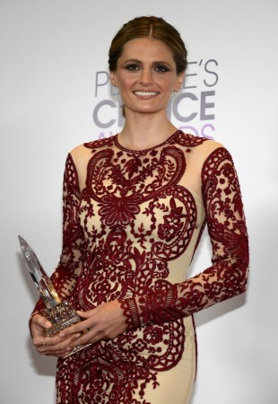 Stana Katic poses with her award at the 2014 People's Choice Awards in Los Angeles