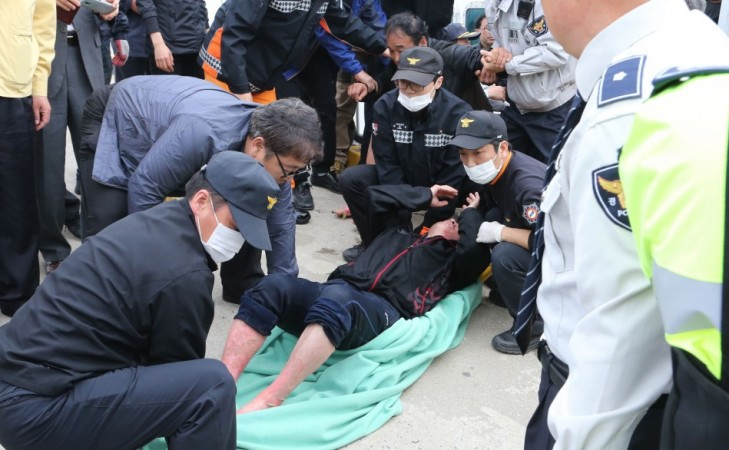 An injured passenger rescued by South Korean maritime policemen (Photo: Reuters)