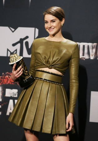 """Actress Shailene Woodley poses backstage with her Favorite Character award for her performance in the film """"Divergent"""" at the 2014 MTV Movie Awards in Los Angeles, California April 13, 2014.  REUTERS/Danny Moloshok"""