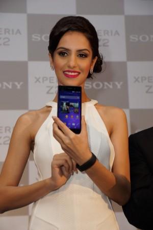 Miss India World 2014, Koyal Rana posing with Sony Xperia Z2 and SmartBand