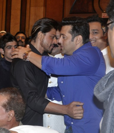 Salman and Shah Rukh Hugging Each Other at Baba Siddiqui's Iftar Party.