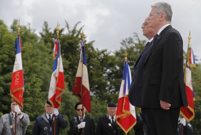 French President Francois Hollande and German President Joachim Gauck (R) attend a ceremony to commemorate the centenary of the start of World War One (WWI) at the Vieil Armand