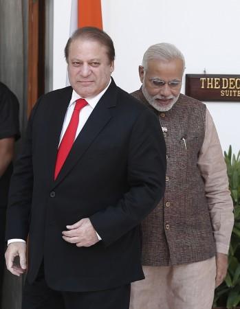 Pakistani PM Nawaz Sharif  (L) with Indian PM Narendra Modi