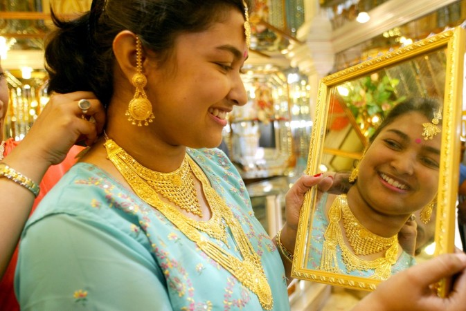Gold sellers announced special discounts for Dhanteras 2014.