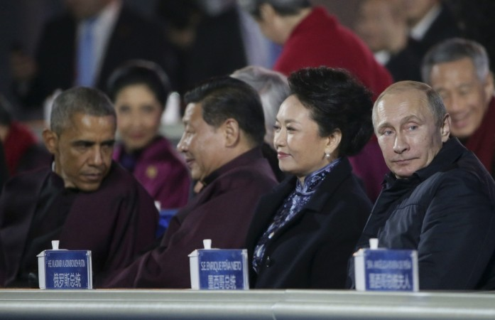 Vladimir Putin Tries to Woo China's First Lady with his Chivalry