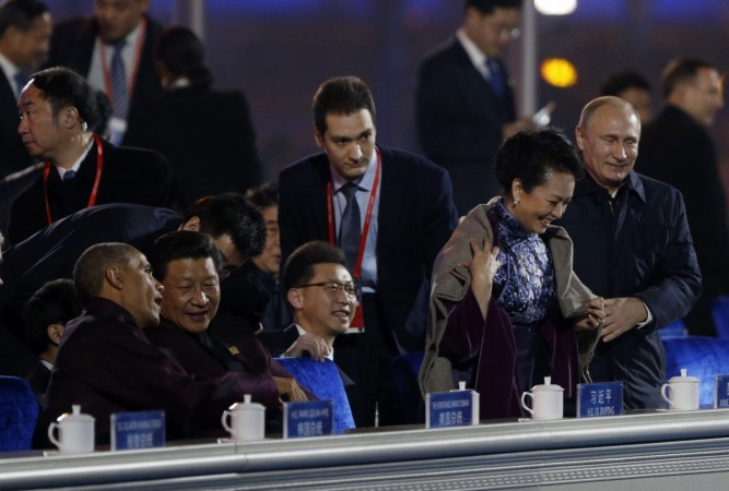 Vladimir Putin wrapped a shawl/coat around Chinese first lady and Chinese censors go wild. Here are top Twitter reactions.