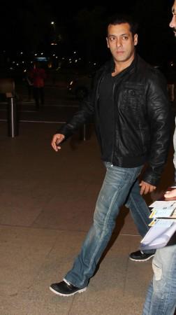 'Kick' co-stars Salman Khan, Jacqueline Fernandez Snapped At Mumbai Airport