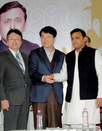 Mr. H.E. Joon-gyu Lee, Ambassador of the Republic of Korea to India, Mr. Hyun Chil Hong, President & CEO, Samsung India Electronics Ltd and Shri Akhilesh Yadav, Hon'ble Chief Minister, Uttar Pradesh unveiling the expansion of Samsung India Electronics Pv