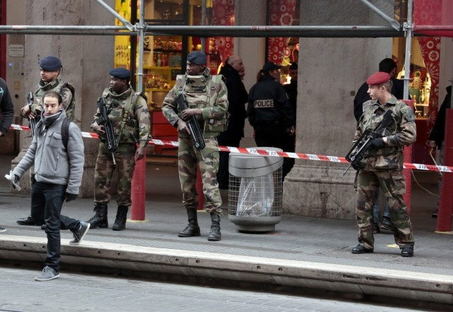 Man attacks French Soldiers guarding Jewish community