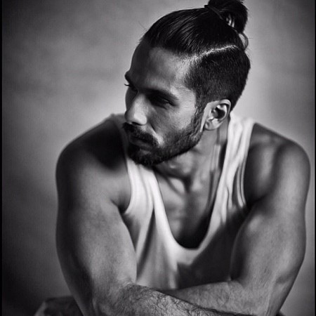 Shahid Kapoor Flaunts his Abs