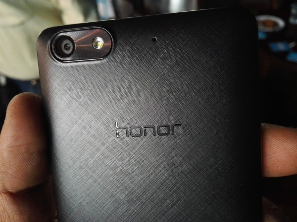 Honor Bee features similar textured back cover of Honor 4X, which gives a superior look to the device
