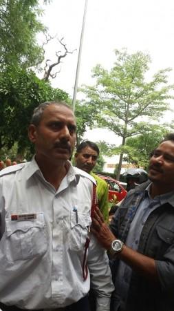 woman thrashed by traffic cop Delhi