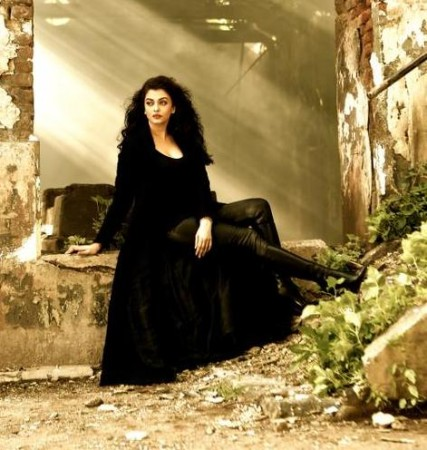 Aishwarya Rai Bachchan's First Look from 'Jazbaa' Song 'Bandeyaa'