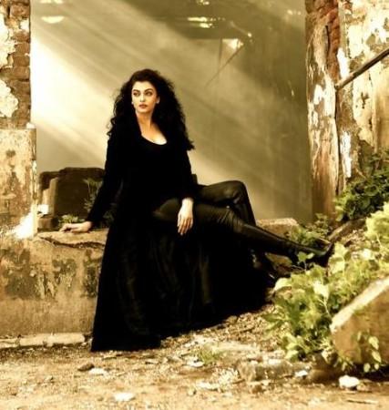 Aishwarya Rai Bachchan's First Look from 'Jazbaa' Song 'Bandeyaa'