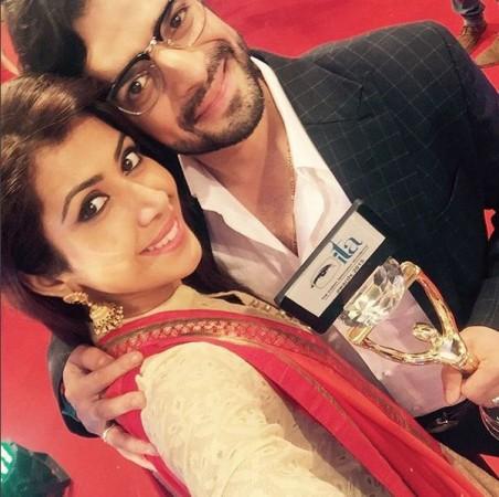 Ankita Bhargava, Karan Patel Pose with a trophy at ITA Awards 2015