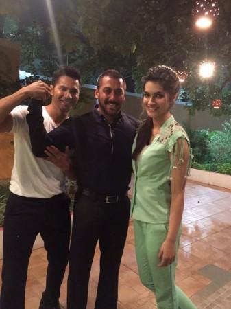 Varun Dhawan, Salman Khan, Kriti Sanon on the sets of 'Bigg Boss 9'
