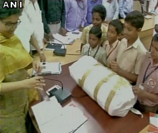 Chennai floods students donate