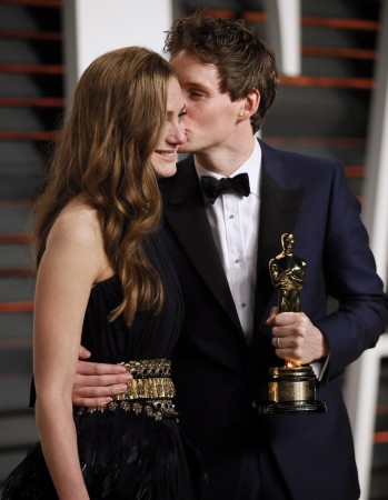 Eddie Redmayne kissing his wife Hannah Bagshawe at the 2015 Vanity Fair Oscar Party