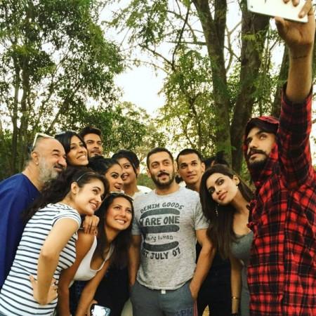 Salman Khan parties with 'Bigg Boss 9' contestants at his Panvel farmhouse