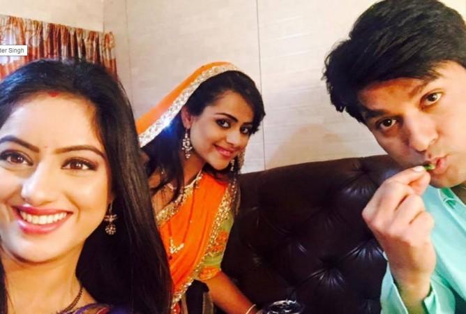 """""""Diya Aur Baati Hum"""" actors celebrate Anas Rashid aka Sooraj birthday on sets. Pictured: """"Diya Aur Baati Hum"""" actors Deepika Singh, Anas Rashid and Prachi Tehlan."""