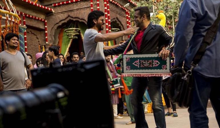 "Shah Rukh Khan meets Salman Khan on the sets of ""Sultan"""