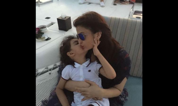 Aaradhya and Aishwarya Rai Bachchan's cute picture