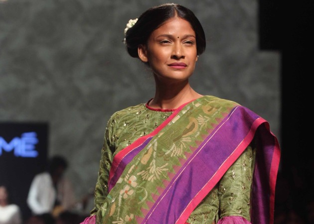 Carol Gracias flaunts baby bump on Gaurang Shah's show at Lakme Fashion Week 2016