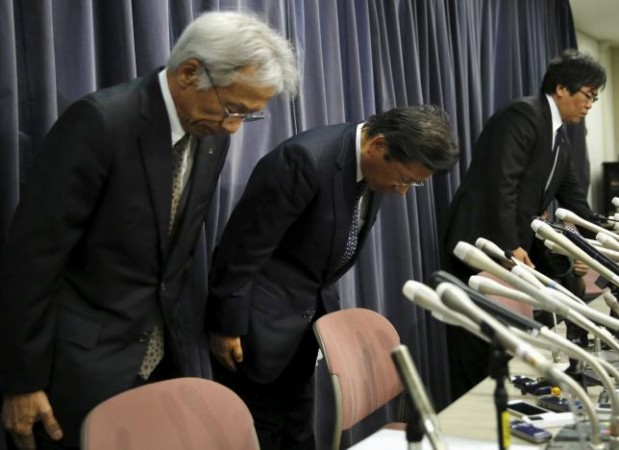 Mitsubishi Motors Corp's President Tetsuro Aikawa (C) bows with other company executives during a news conference to brief about issues of misconduct in fuel economy tests at the Land, Infrastructure, Transport and Tourism Ministry in Tokyo, Japan, April