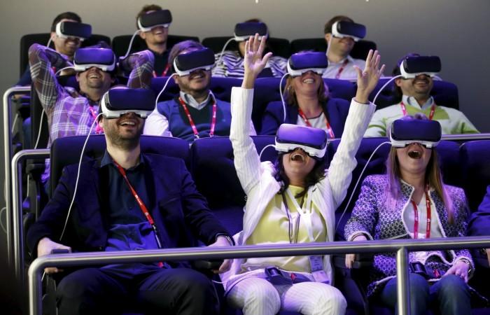 People test Samsung Gear VR glasses