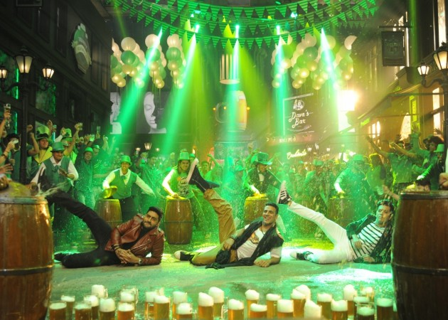 Akshay Kumar, Abhishek Bachchan, Riteish Deshmukh in 'Taang Uthake' song