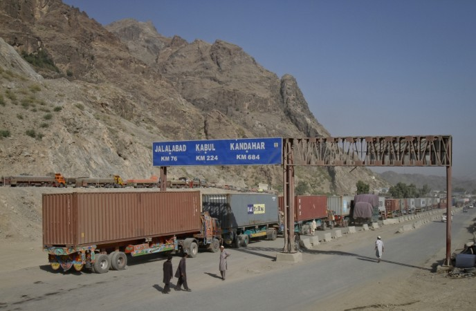 Pakistan, Afghanistan deploy tanks, troops at border ...