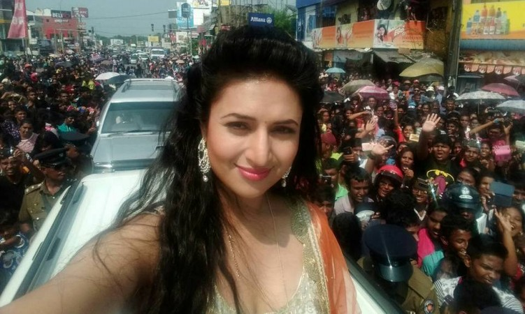 "Divyanka Tripathi meets her ""Banoo Main Teri Dulhann"" co-star. Pictured: ""Yeh Hai Mohabbatein"" actress Divyanka Tripathi"
