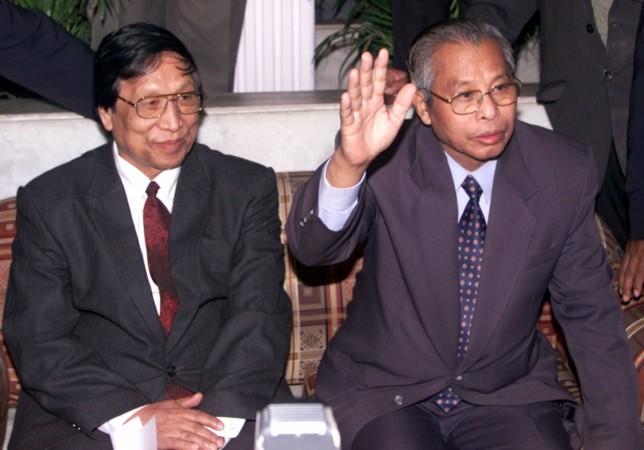 Isak Chishi Swu and Thuingaleng Muivah during a press conference