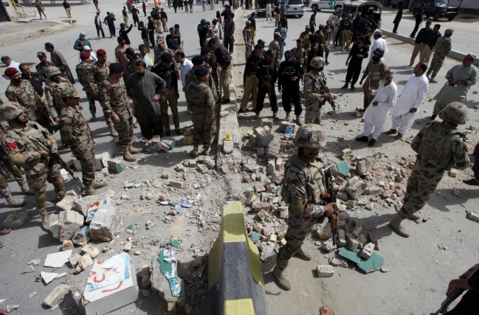 Security officials gather at the site of a bomb explosion in Quetta, Pakistan, August 11, 2016.