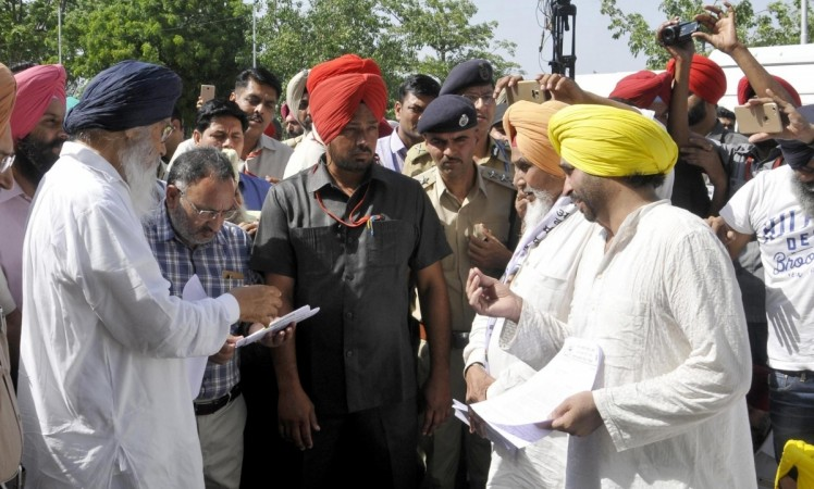 Aam Aadmi Party (AAP) workers lead by party leaders Bhagwant Mann, Sucha Singh Chhotepur submit a memorandum against the Punjab government to Punjab Chief Minister Parkash Singh Badal in Chandigarh on May 16, 2016.