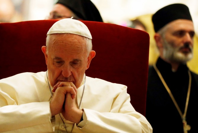 Pope Francis prays for Syrian peace