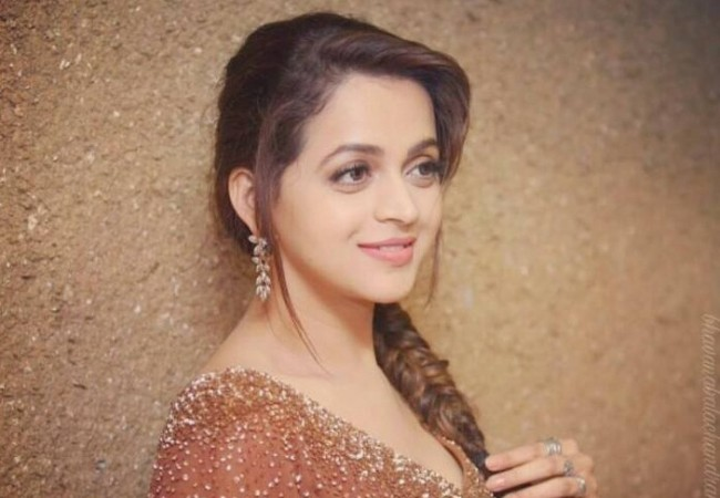 Actress Bhavana gets engaged to Naveen class=
