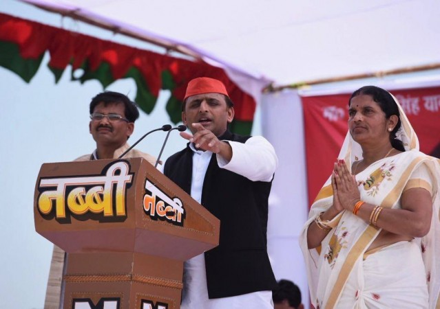UP election: Stage in Allahabad park collapses during Akhilesh-Rahul roadshow