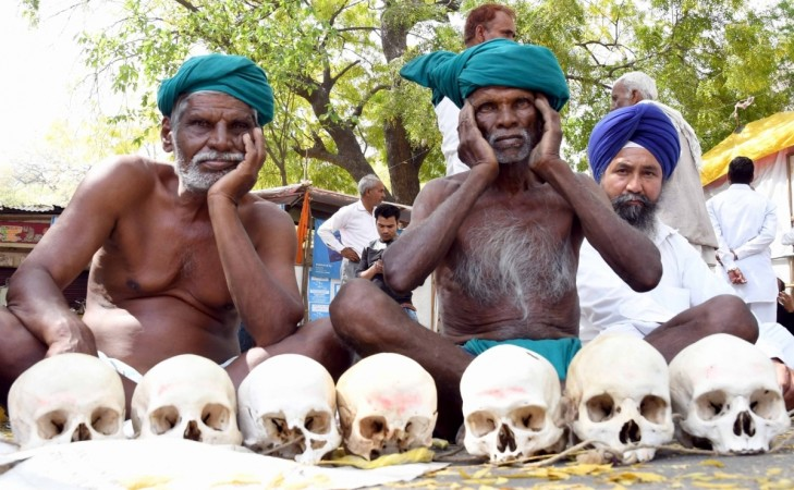 TN farmers continue their protest for drought relief