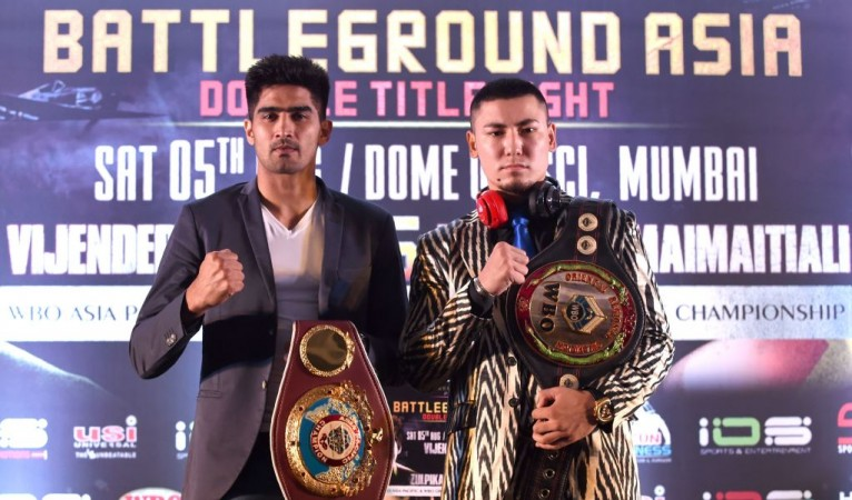 Vijender Singh Mocks his opponent Zulpikar Maimaitiali ahead of the bout
