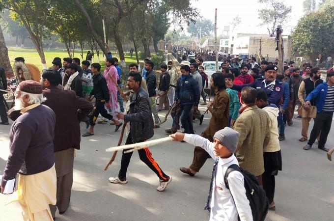 Zainab murder: Riots in Pakistan's Kasur after child rape and killing
