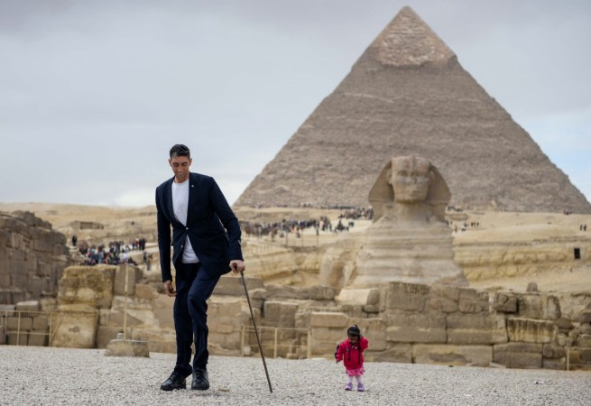 Shortest woman, tallest man visit pyramids