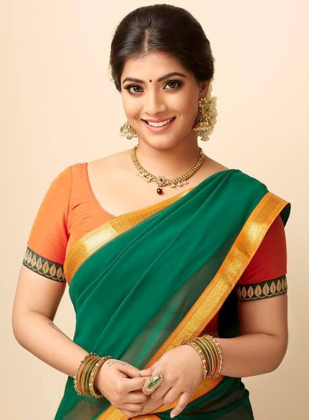varalaxmi sarathkumar s new stills   photos images gallery
