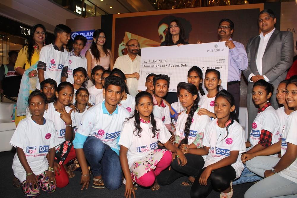 Sonam Kapoor,7th Anniversary Celebration of Indian Leading Artists,Sonam Kapoor latest pics,Sonam Kapoor latest images,Sonam Kapoor latest photos,Sonam Kapoor latest stills,Sonam Kapoor latest pictures