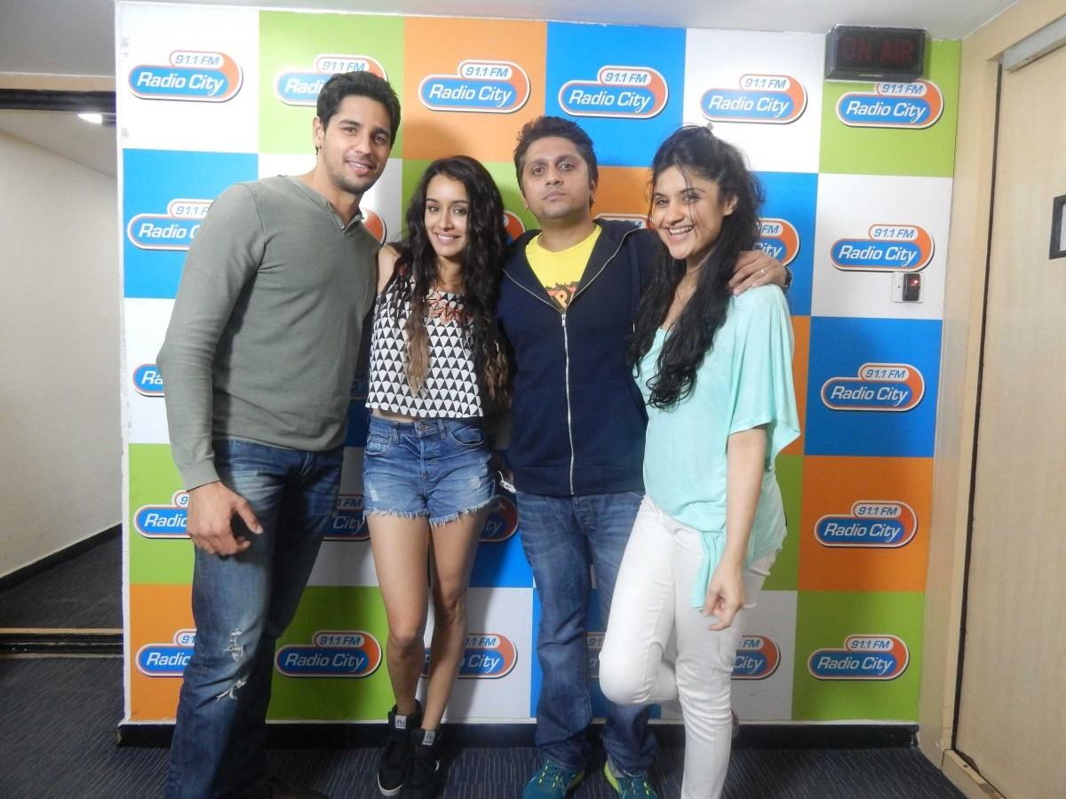 Sidharth Malhotra, Shraddha Kapoor and director Mohit Suri with RJ Archana at 91.1 FM Radio City